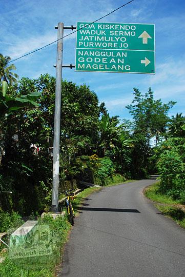 papan hijau dishubkominfo di desa girimulyo kulon progo arah ke gua kiskendo dan nanggulan