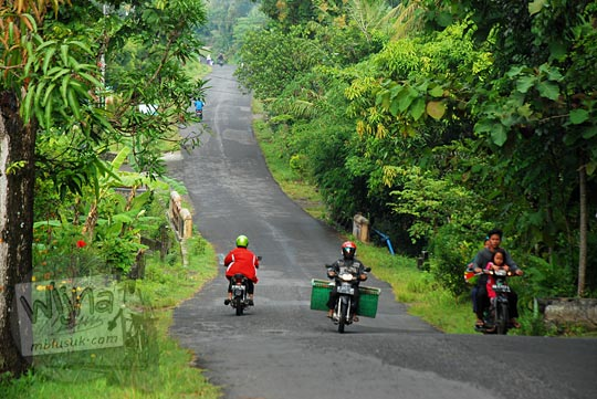suasana kehidupan pagi di sepanjang jalan jalan gua kiskendo girimulyo kulon progo
