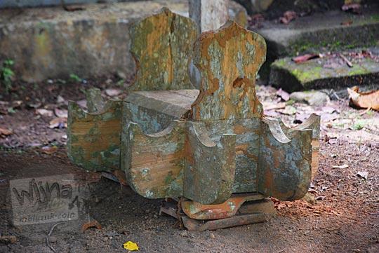 bentuk nisan unik dari kayu di suatu makam kuburan girimulyo