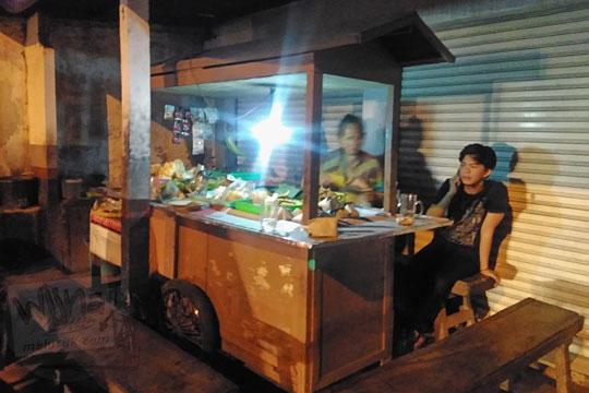 lokasi tempat gerobak bakul Angkringan Simbah di Jalan Duwet Condong Catur, Depok, Sleman, Yogyakarta buka pada malam hari