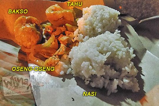 nasi kucing unik menarik murah di Angkringan Simbah di Jalan Duwet Condong Catur, Depok, Sleman, Yogyakarta berisi tahu bakso dan oseng