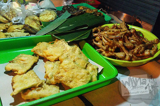 aneka macam jenis gorengan murah dan jajanan pasar di Angkringan Simbah di Jalan Duwet Condong Catur, Depok, Sleman, Yogyakarta