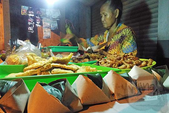 bagaimana cara memasak ongkos produksi nasi kucing khas ala Angkringan Simbah di Jalan Duwet Condong Catur, Depok, Sleman, Yogyakarta