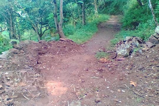 jalan tanah licin menuju objek wisata alam air terjun grojokan yonan banyutibo di desa mertelu gedangsari gunungkidul yogyakarta pada zaman dulu mei 2017