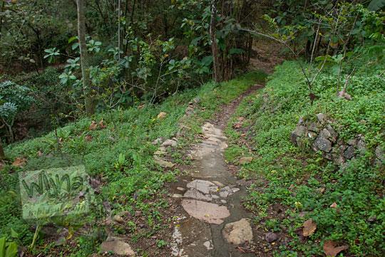jalan tanah masuk hutan menuju objek wisata grojokan yonan banyutibo di desa mertelu gedangsari gunungkidul yogyakarta pada zaman dulu mei 2017
