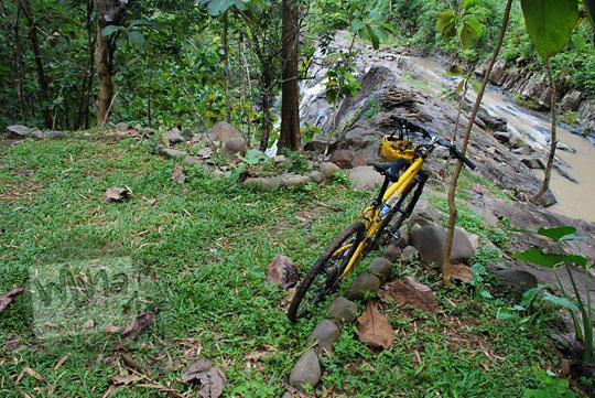 lokasi parkir sepeda gunung di kawasan objek wisata air terjun grojokan yonan banyutibo di halaman rumah joglo warga desa mertelu gedangsari gunungkidul yogyakarta