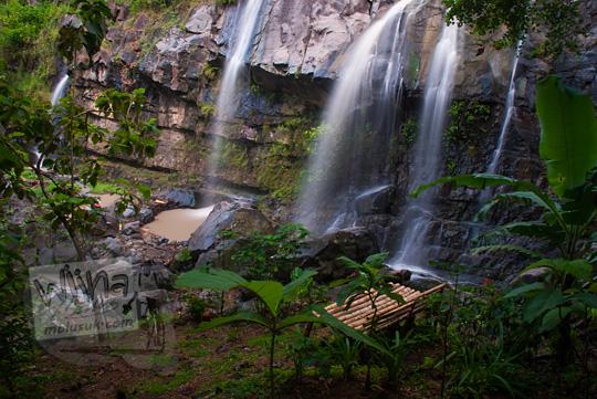 suasana bangku dari bambu untuk tempat santai pengunjung kawasan wisata air terjun yohnan di desa mertelu gedangsari gunungkidul yogyakarta