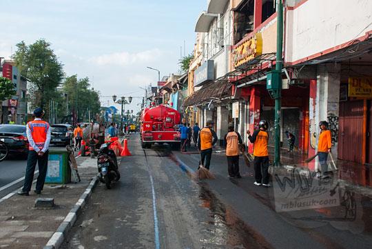 laporan cerita suasana aktivitas kegiatan acara bersih-bersih reresik malioboro rutin pada selasa wage
