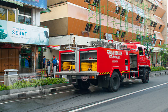 mobil pemadam kebakaran jogja berhenti di depan hotel mutiara malioboro saat acara bersih-bersih malioboro pada selasa wage