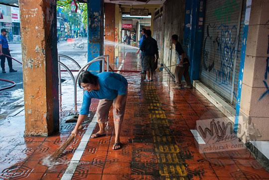 seorang ibu pedagang kaos kaki lima bercerita tentang kesan dan pesannya mengikuti acara bersih-bersih kawasan malioboro rutin setiap selasa wage