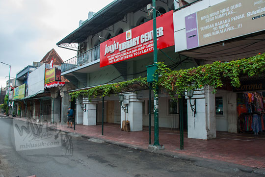 foto trotoar di depan perpustakaan malioboro yogyakarta sepi dari andong becak dan kios pedagang kaki lima pada selasa wage