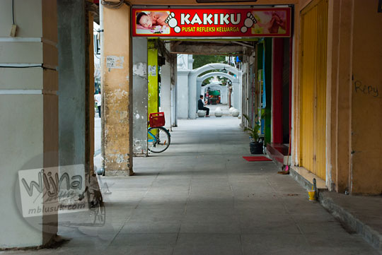 trotoar area pejalan kaki pedestrian malioboro di sekitar kantor gubernur yogyakarta sultan kepatihan danurejan terlihat sepi dari kios pedagang kaki lima pada selasa wage