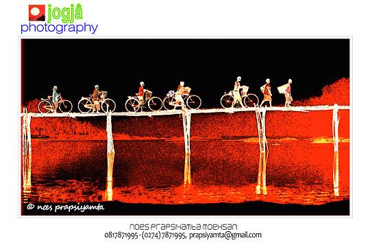 foto siluet ibu-ibu menuntun sepeda tua melewati jembatan bambu sesek di pundong bantul pada zaman dulu tahun 1997