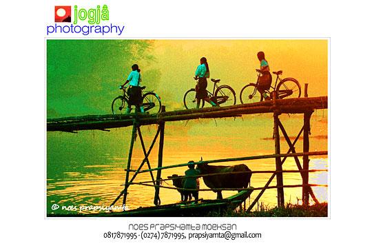foto siluet orang memandikan sapi dan siswi-siswi smp menuntun sepeda menyeberangi jembatan bambu sesek di pundong bantul pada zaman dulu tahun 1996