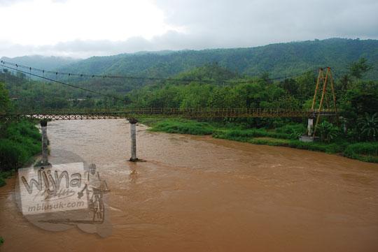 foto jembatan gantung soka di pundong bantul pada zaman dulu desember 2015 di kala air kali opak coklat keruh