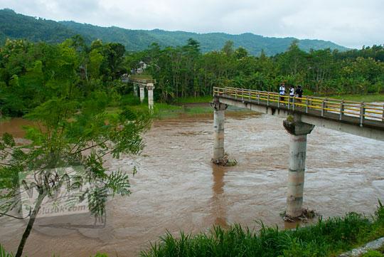 foto jembatan soka di pundong bantul saat masih berwujud jembatan beton yang putus diterjang banjir lahar dingin erupsi merapi pada zaman dulu maret 2011