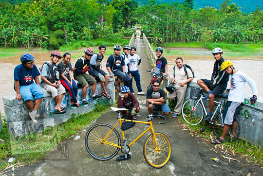 foto para pesepeda di depan jembatan soka di pundong bantul saat masih berwujud jembatan beton yang putus diterjang banjir lahar dingin erupsi merapi pada zaman dulu maret 2011