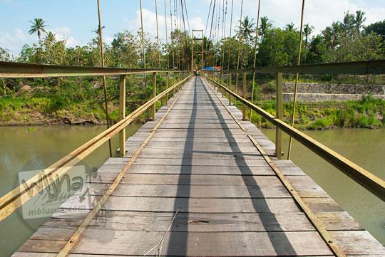 foto lantai kayu rapuh jembatan gantung soka di pundong bantul pada zaman dulu november 2013