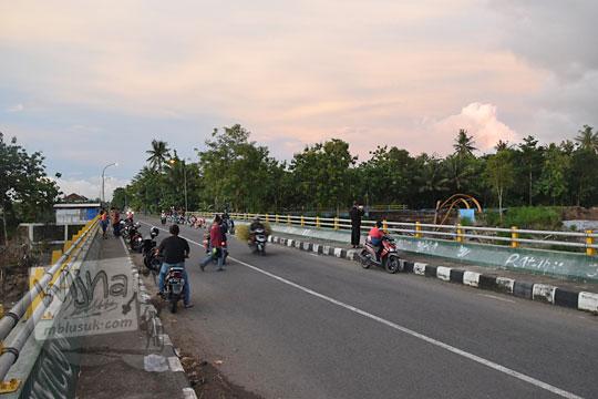foto keramaian suasana sore hari di jembatan soka baru di pundong bantul pada desember 2017