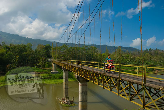 foto sepeda motor melintasi jembatan gantung soka di seloharjo pundong bantul pada zaman dulu november 2013