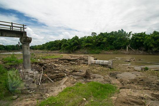 foto lokasi reruntuhan jembatan nangsri nambangan di pundong bantul yang musnah diterjang luapan banjir air kali opak imbas badai cempaka november 2017