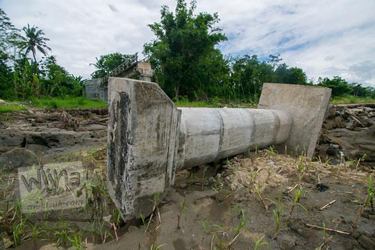 foto lokasi reruntuhan sisa tiang beton besar jembatan nangsri nambangan di pundong bantul yang musnah diterjang luapan banjir air kali opak imbas badai cempaka november 2017