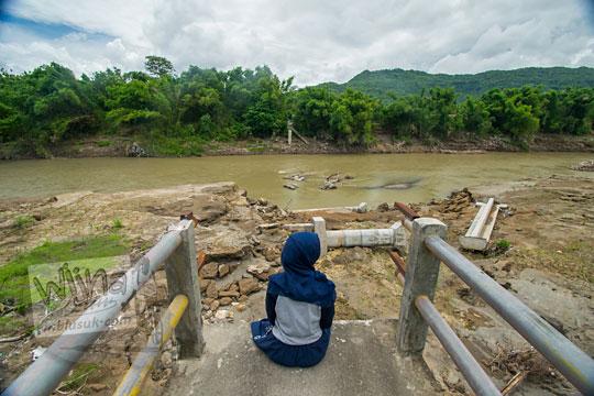 foto cewek duduk di reruntuhan jembatan nangsri nambangan di pundong bantul yang musnah diterjang luapan banjir air kali opak imbas badai cempaka november 2017