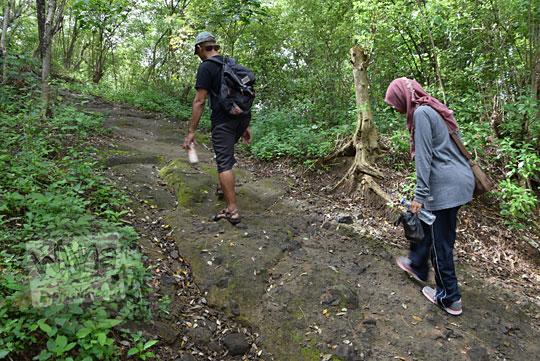 jalan hutan menuju ke pura antaka alias makam gunung kelir di pleret bantul pada tahun 2018