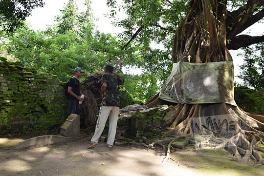 seorang peziarah bercakap-cakap dengan pak jito juru pelihara makam kuno angker gunung kelir di pleret