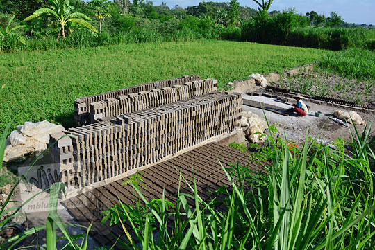 sawah tempat membuat mencetak batu bata tradisional di pleret bantul
