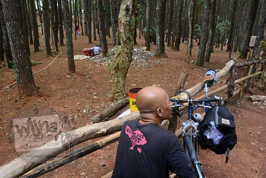 pria botak di dekat pagar hutan pinus mangunan bantul