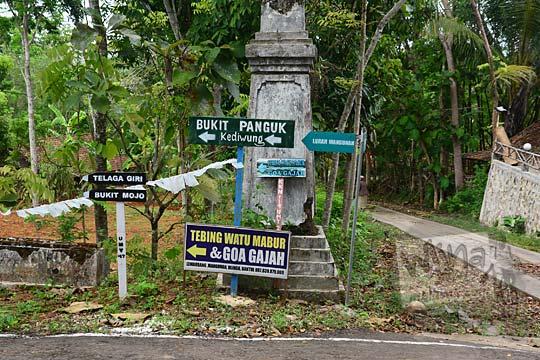 papan petunjuk arah ke objek wisata goa gajah dan tebing watu mabur di mangunan bantul