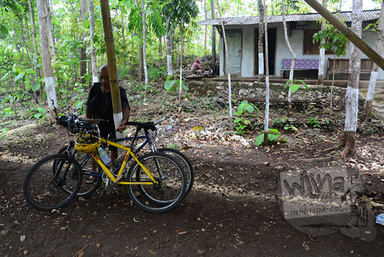 tempat parkir kendaraan pengunjung di objek wisata goa gajah di mangunan bantul