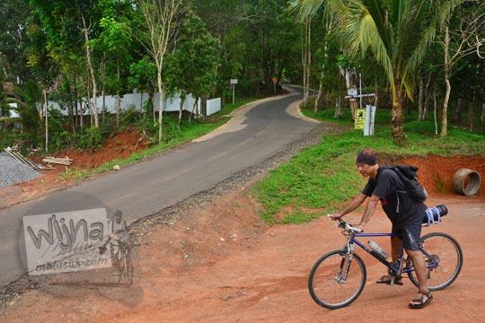 jalan turunan dari kawasan wisata hutan pinus mangunan bantul