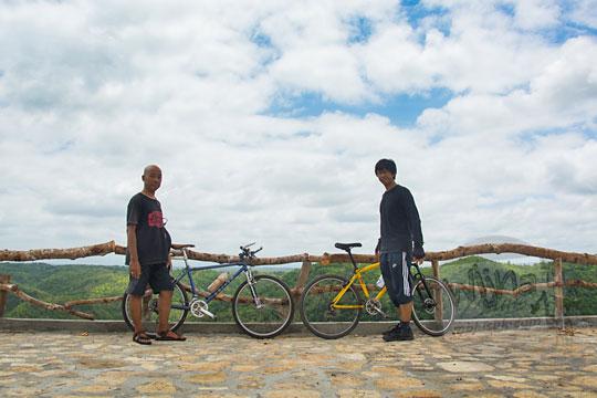 dua pesepeda foto bareng di objek wisata tebing watu mabur di mangunan bantul