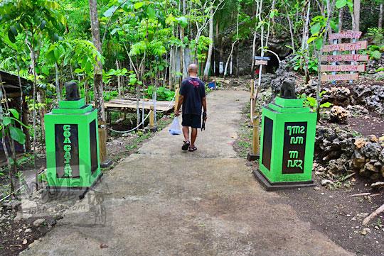 bentuk gapura masuk objek wisata alam goa gajah di mangunan dlingo bantul