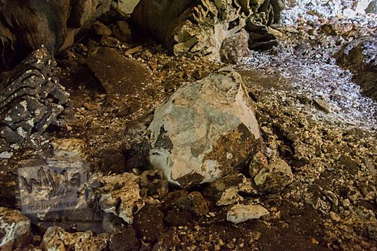 stalagmit dirusak untuk dibuat jalan di dalam goa gajah di mangunan dlingo bantul