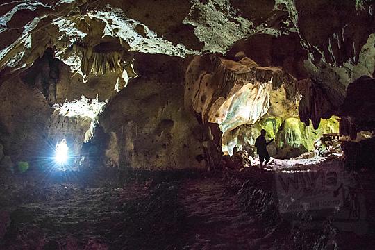 ruangan bernama pendopo di dalam goa gajah di mangunan dlingo bantul