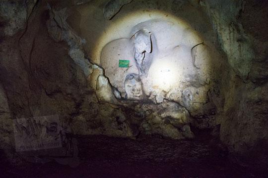 ruangan bernama senthong di dalam goa gajah di mangunan dlingo bantul