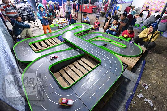 anak anak balapan mobil remote control pasar malam imogiri