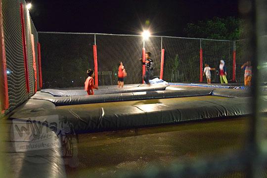 anak anak lompat trampolin pasar malam imogiri