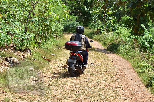sepeda motor melewati jalan rusak pantai timang gunungkidul yogyakarta pada zaman dulu agustus 2016