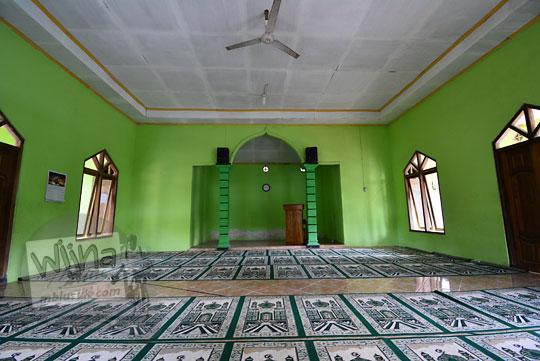 bagian dalam ruangan salat luar masjid muadz bin jabbal di desa girikarto panggang gunungkidul yogyakarta