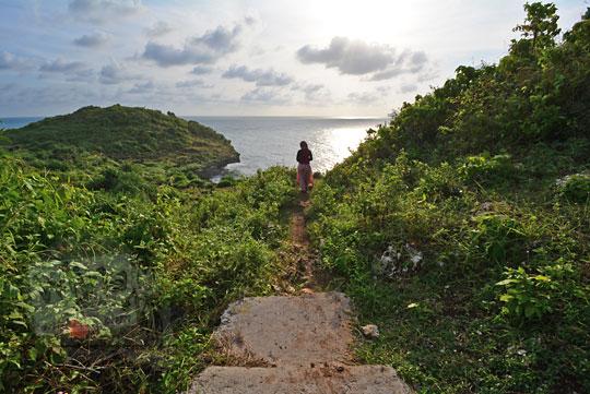 foto akhir jalan setapak semen ke pantai kesirat gunungkidul yogyakarta pada zaman dulu agustus 2018