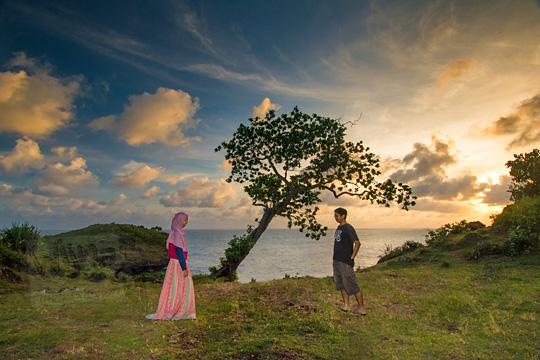 foto prewedding berlatar pohon ketapang di tebing pantai kesirat gunungkidul yogyakarta pada zaman dulu agustus 2018