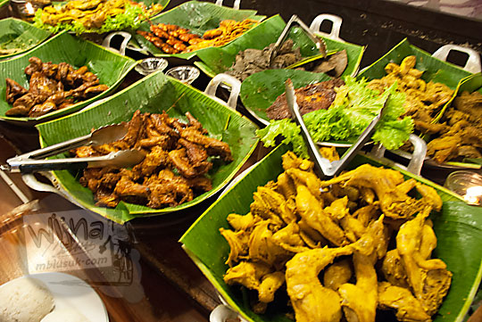 pilihan lauk ayam ikan daging udang tahu tempe di Warung Nasi Ampera di cabang Jalan Pajajaran Kota Bandung Jawa Barat