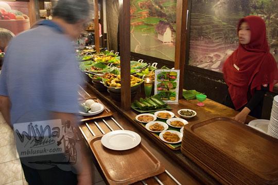 kisah hidup pelayan cantik di Warung Nasi Ampera di cabang Jalan Pajajaran Kota Bandung Jawa Barat yang berjaga sebagai kasir
