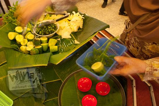 pilihan sayur daun lalapan dan sambal pedas enak di Warung Nasi Ampera di cabang Jalan Pajajaran Kota Bandung Jawa Barat