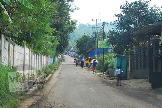rumah rumah di jalan arah curug cinulang