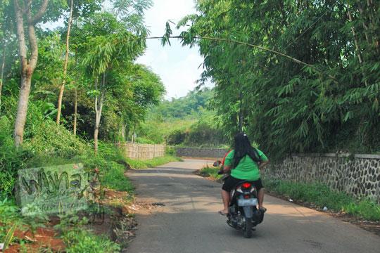 naik sepeda motor hutan arah pasir candi cicalengka